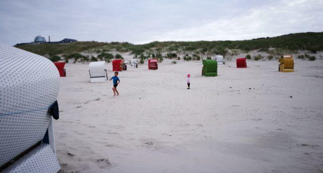 Strand Juist mit Strandkoerben