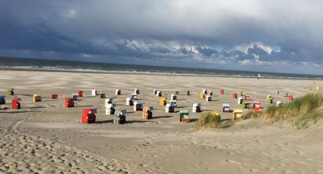 Strand mit Strandkoerben